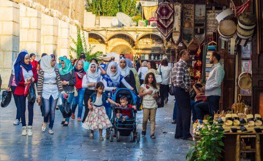 Damaskos 2017, paikalliset perheet käveleskelevät kaduilla ja kaupat ovat auki. Kuva unusualtraveler.com
